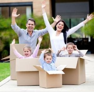 Счастливая семья в коробках